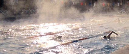 Das gut geheizte Becken dampft in der kühlen Morgenluft