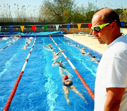 Ärmelkanal-Weltrekordler Christoph Wandratsch leitet das Schwimmtraining auf Mallorca 2013. Bild: Henning Holzapfel