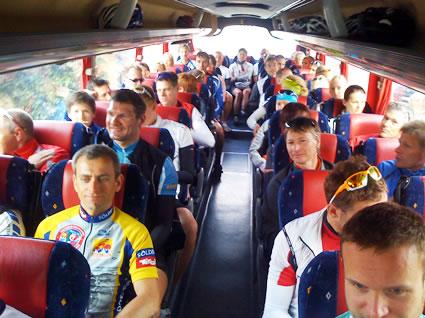 Königsetappe: Mit dem Bus gemeinsam durch die Insel. Die Räder sind im Anhänger.