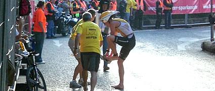 Timo Bracht verliert Flaschen und Schuhe am Radstart