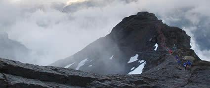 Inferno: Über einen Grat geht es steil Richtung Ziel