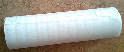 Um das harte PVC-Rohr wird Trittschutzfolie gewickelt