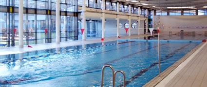Schwimmbecken mit 50-Meter Bahnen.
