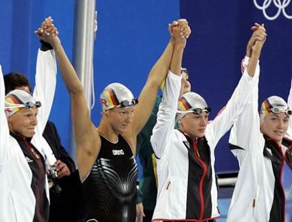 Sarah Poewe (rechts) mit van Almsick, Buschulte, Götz nach dem Europarekord über 4x 100m Lagen.